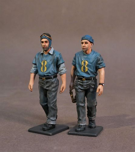 AIRCRAFT CARRIER FLIGHT DECK CREW, 2 PLANE HANDLERS WALKING, SCALE 1:30 (2pcs)