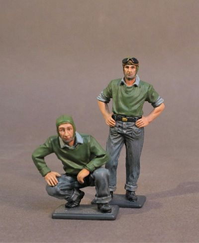 AIRCRAFT CARRIER FLIGHT DECK CREW, 2 CATAPULT CREW, SCALE 1:30 (2pcs)